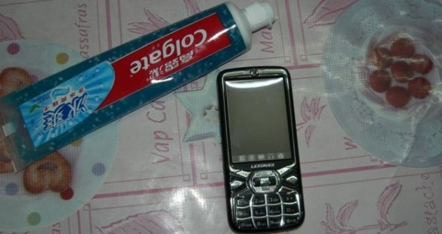 how-to-clean-a-phone-1