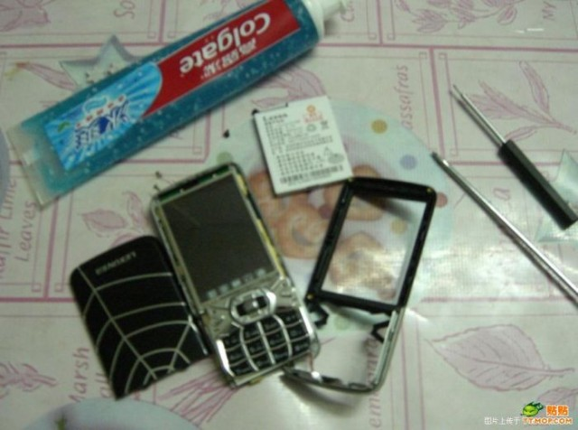 how-to-clean-a-phone-2