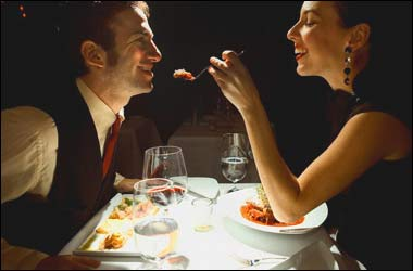 romantic_dinner_feed_each_other