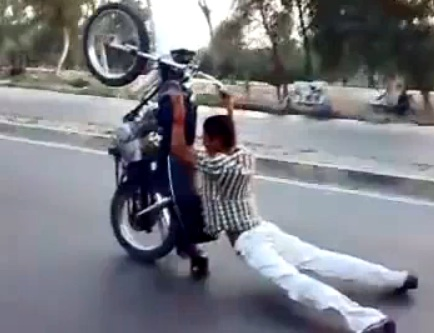 crazy_motorcycle_stunts_tricks_in_pakistan