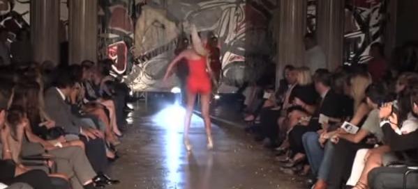 supermodel-peftei-me-psila-takounia